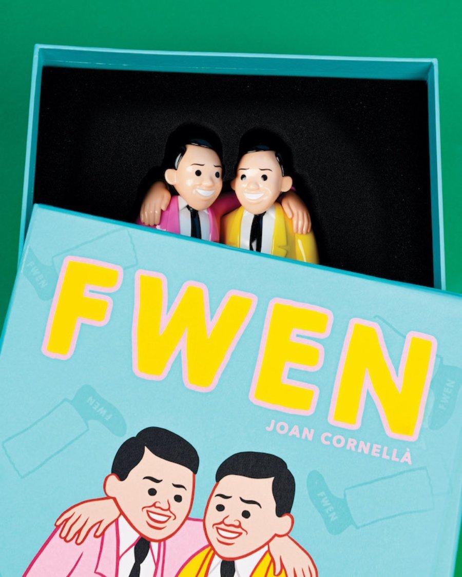 figura de vinilo de 8,7 pulgadas llamada FWEN , junto con una impresión I HOPE I DIE SOON