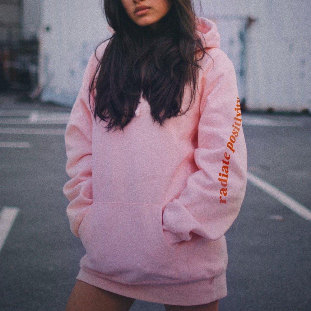 Mujer de pelo largo con hoodie rosa