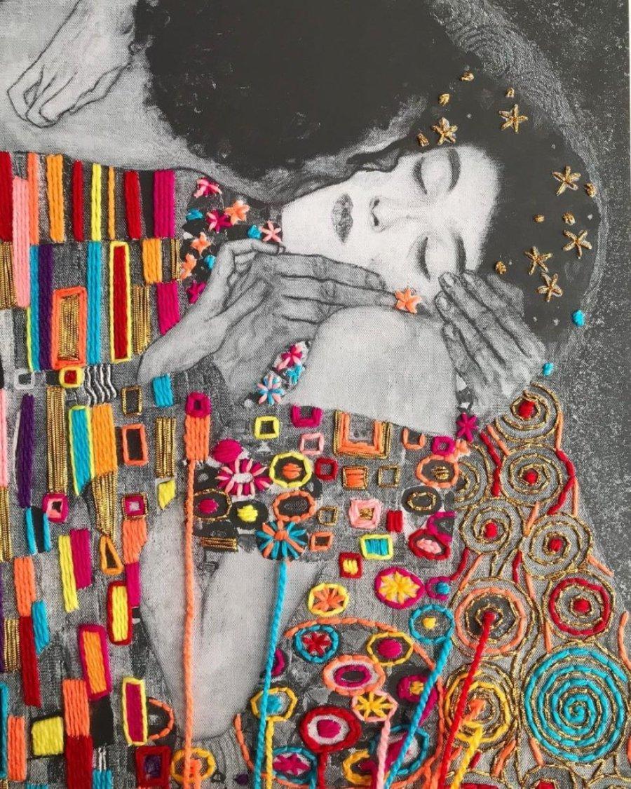 """Retrato bordado de pintura """"El Beso"""" por Victoria Villasana"""