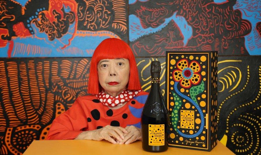 La Grande Dame edición especial, Yayoi Kusama sentada con la botella de champagne sobre la mesa