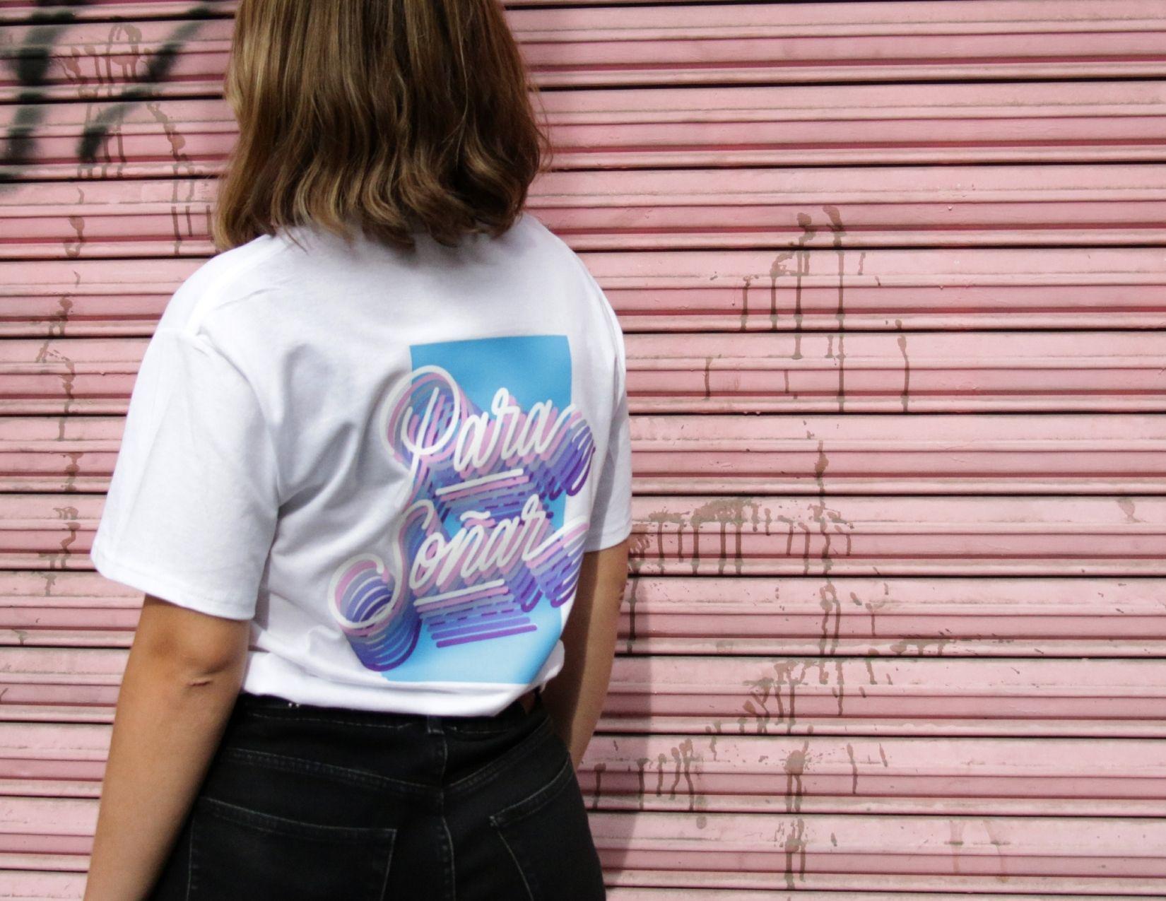 Mujer con camiseta blanca y letras de colores | It's a Living - Sunrise Edition T-shirt | Descuentos para el Buen Fin 2020