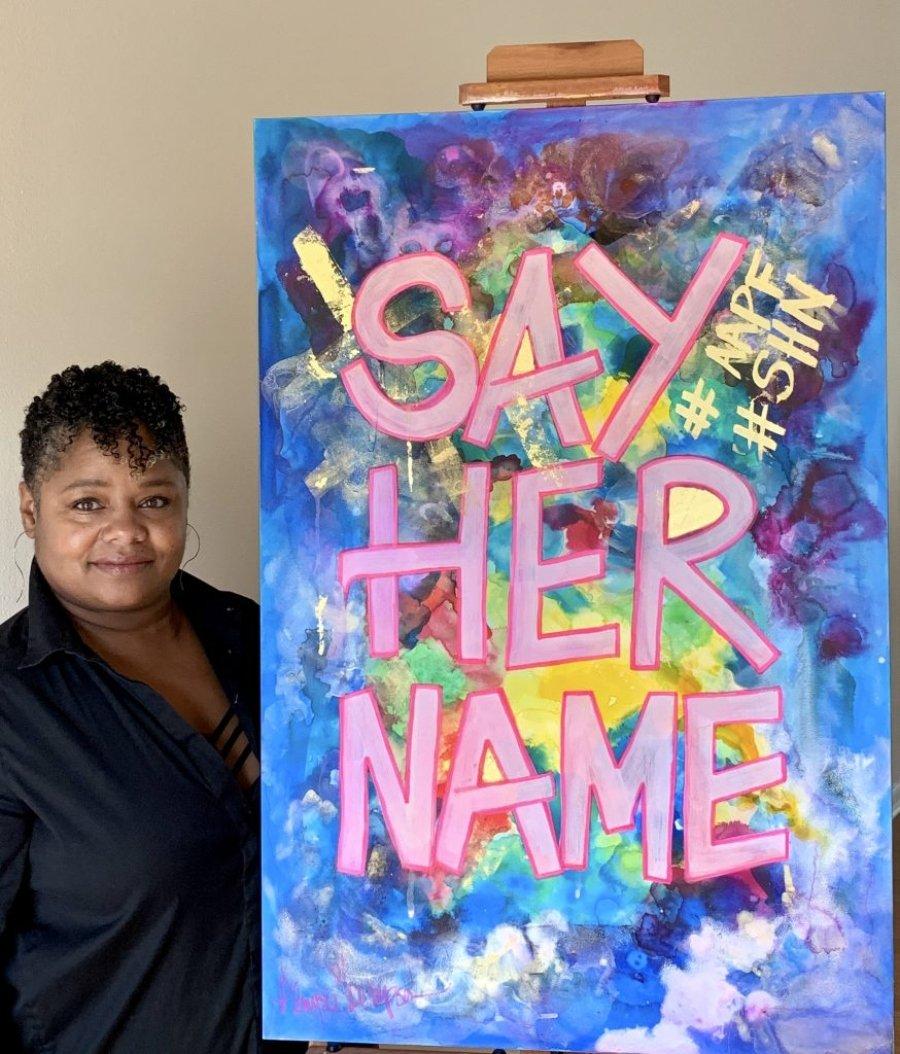 Cardi B y Glenyse Thompson con su cartel La noche tiene mil ojos para la subasta