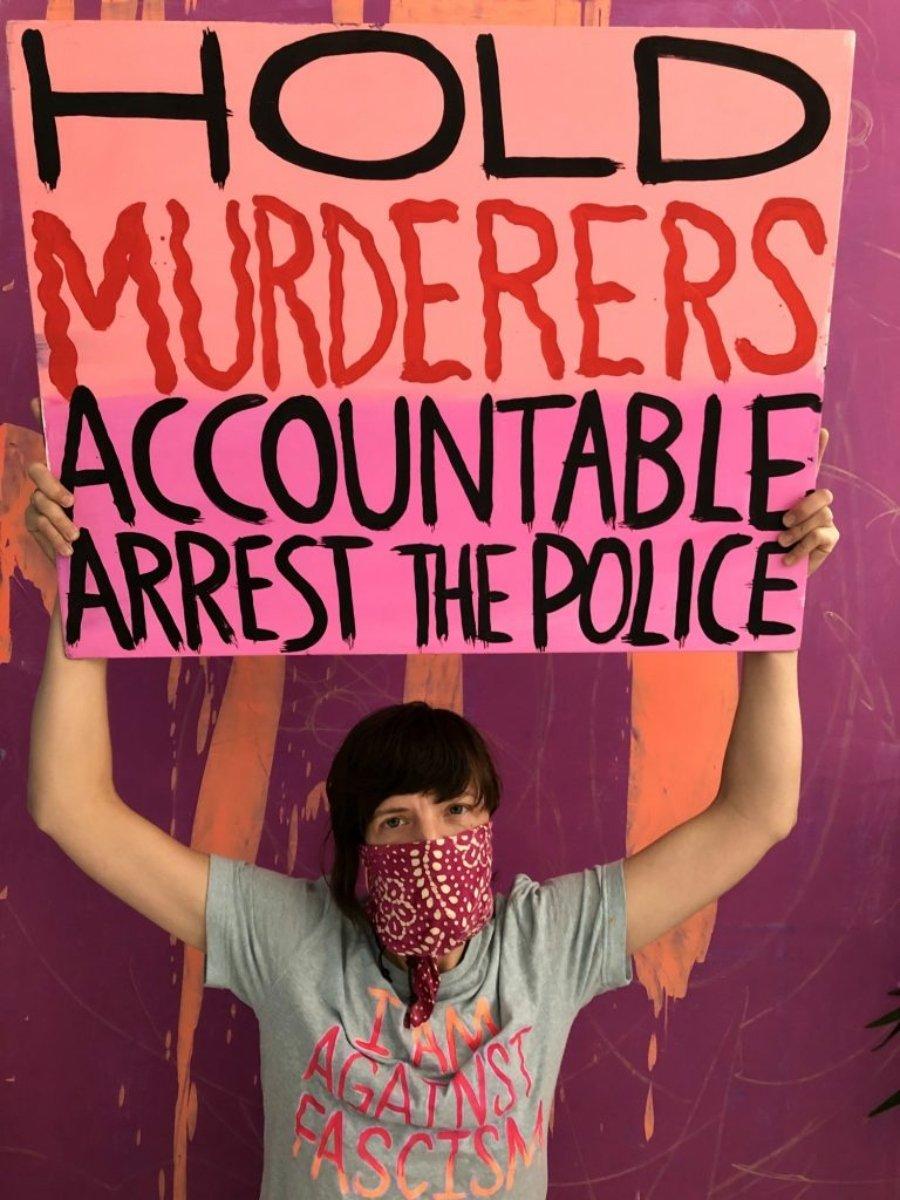 """Hope Gangloff con su cartel Asesinos para la subasta """"Muéstrame los signos""""."""