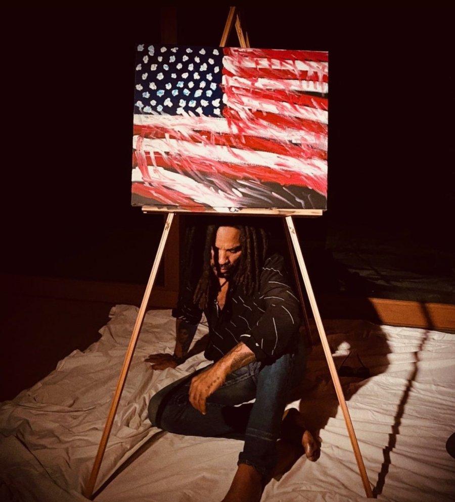 Lenny Kravitz con su cuadro sin título para la subasta