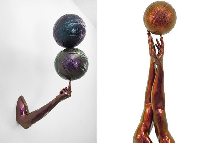 """Izquierda: """"Globetrotter"""" (2016), fibra de vidrio, acabado de pintura para automóviles camaleón, 32 1/2 × 11 × 20 pulgadas. Derecha: """"Tip Off"""" (2014), resina de poliéster y pintura de camaleón, 43 × 13 × 11 pulgadas"""