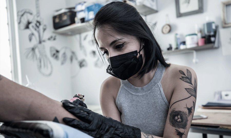 Lucía Serrano Tatuando