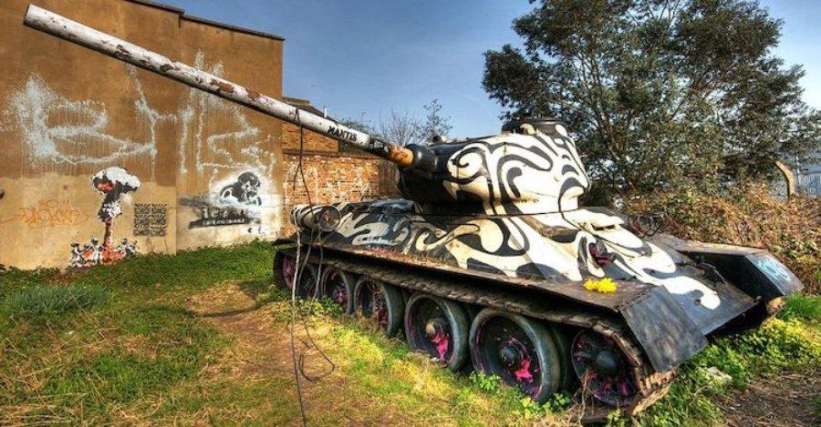 tanque de guerra intervenido con arte