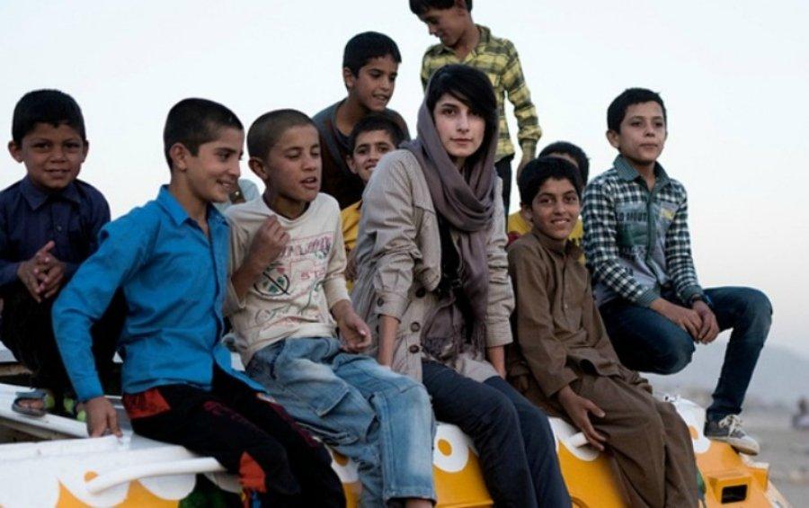 Neda Taiyebi junto a niños