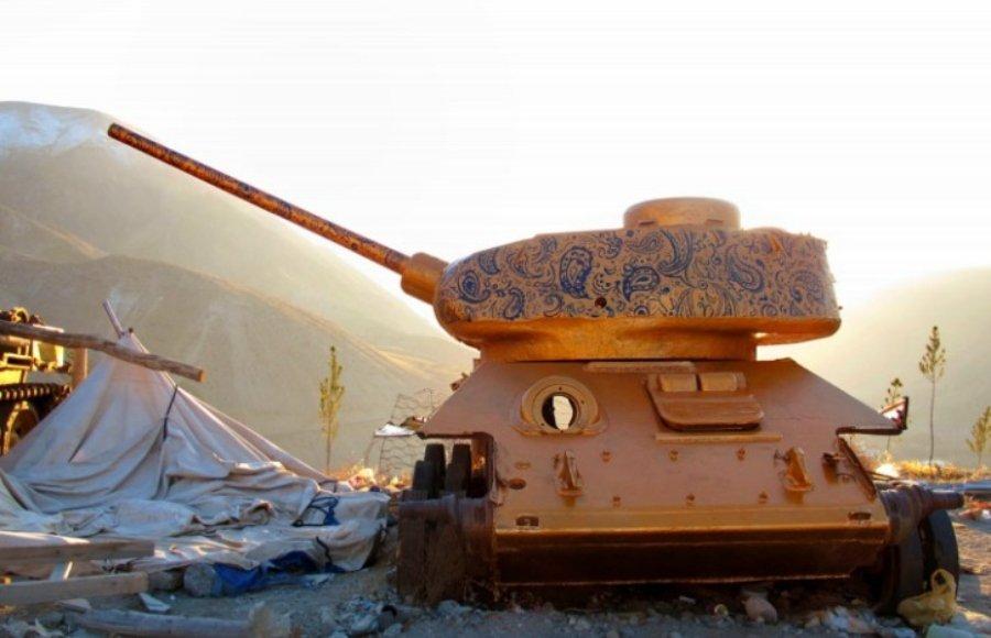 tanque de guerra intervenido por Neda Taiyebi