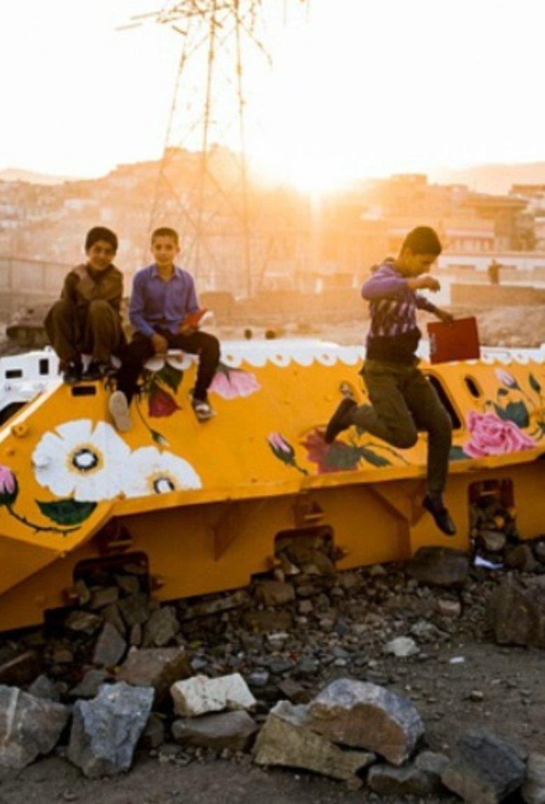 Neda Taiyebi transforma tanques de guerra en arte