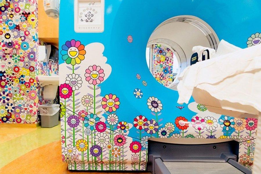 Cámara de tomografía decorada con flores de colores y nubes