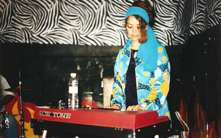 Tere Farfisa tocando los teclados