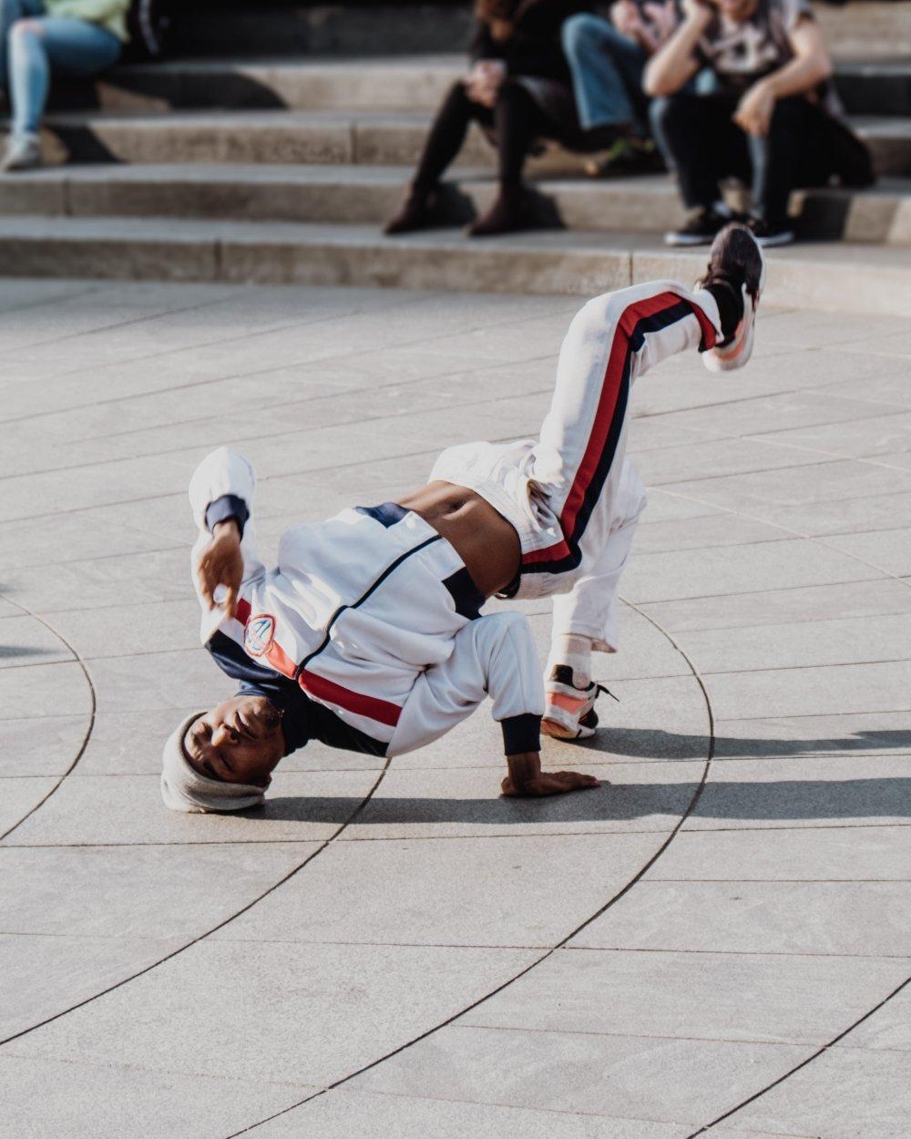 hombre haciendo break dance frente al público