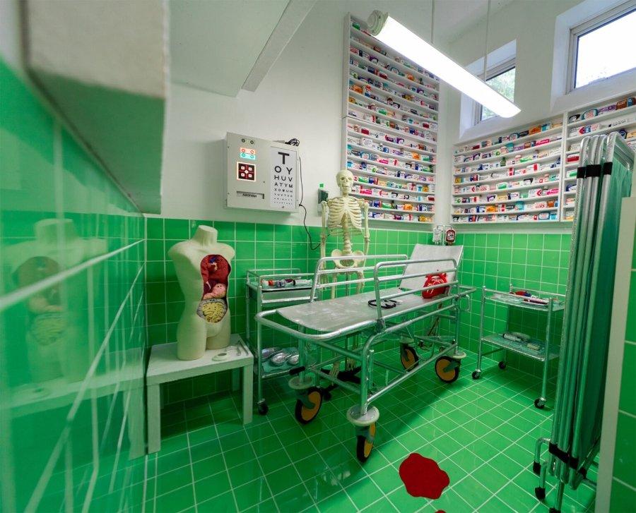 Lucy Sparrow crea bonita farmacia de lana