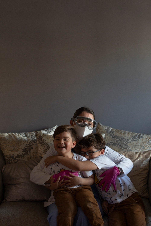 doctora sentada abrazando a sus hijos, FOTOGRAFÍA DE ANA HOP