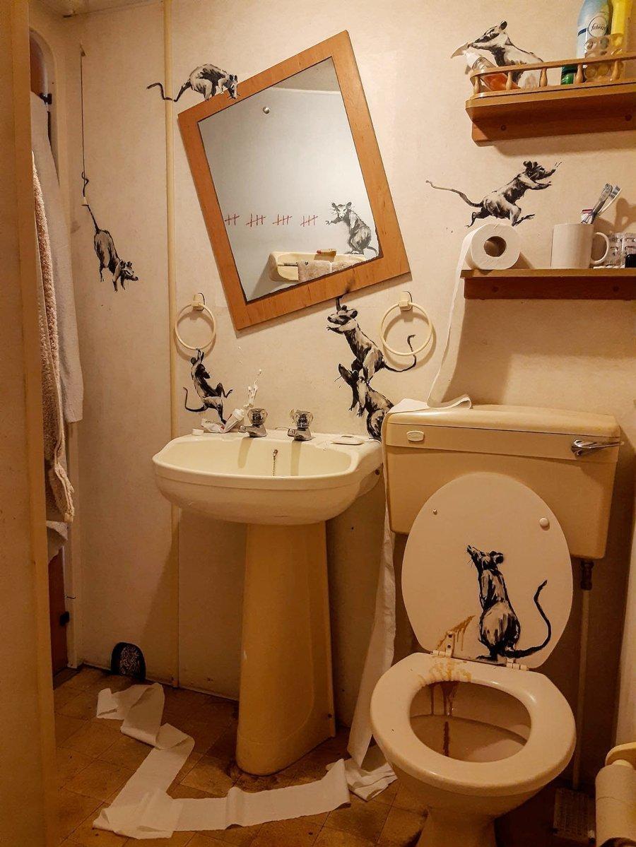 El artista recreó una instalación en el baño de su casa