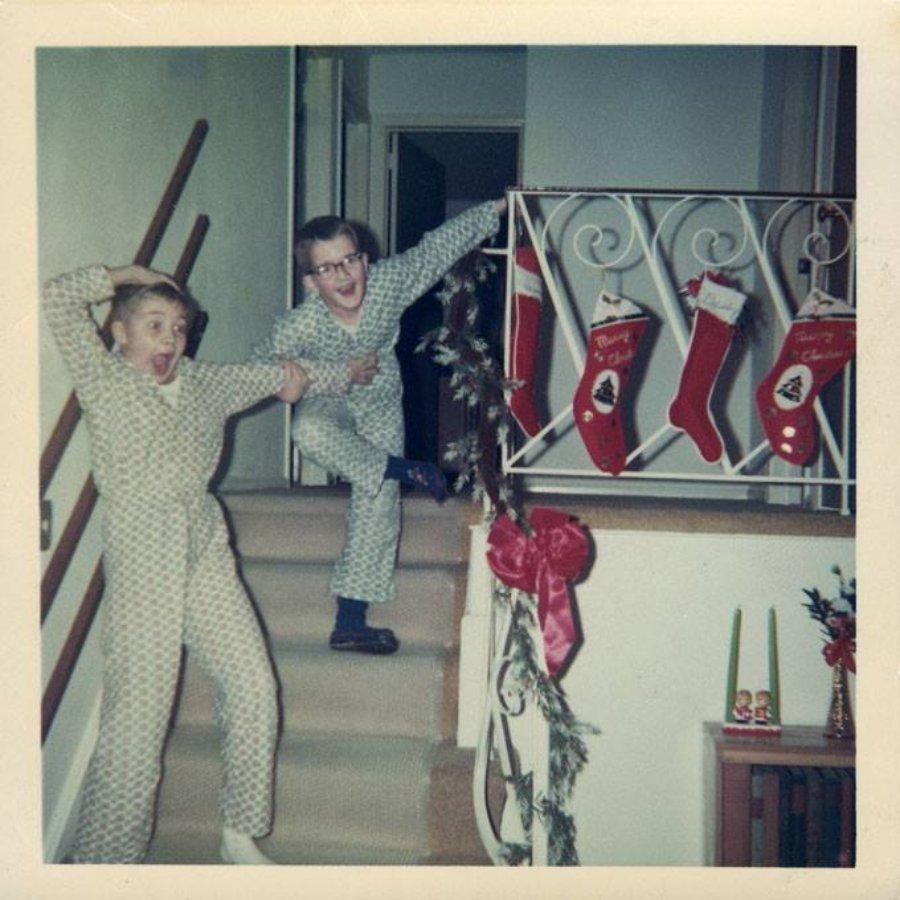 niños felices bajando escaleras en Navidad