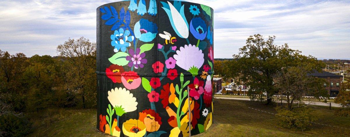 DabsMyla crearon un mural en una torre de agua en Arkansas