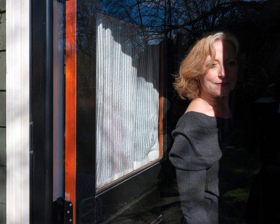 Fotografía de la serie Across windows de Rania Matar