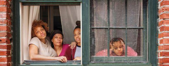 Rania Matar retrata cómo se vive el confinamiento tras las ventanas
