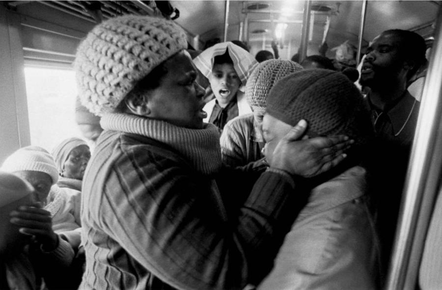 Mujer sosteniendo la cara de otra mujer