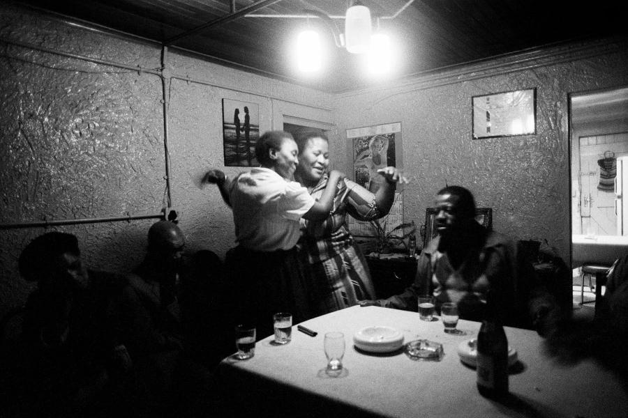 Mujeres bailando y sonriendo en un comedor