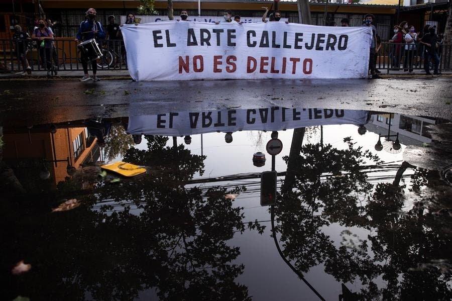 Protestas en las calles de Chile por el asesinato de un artista callejero