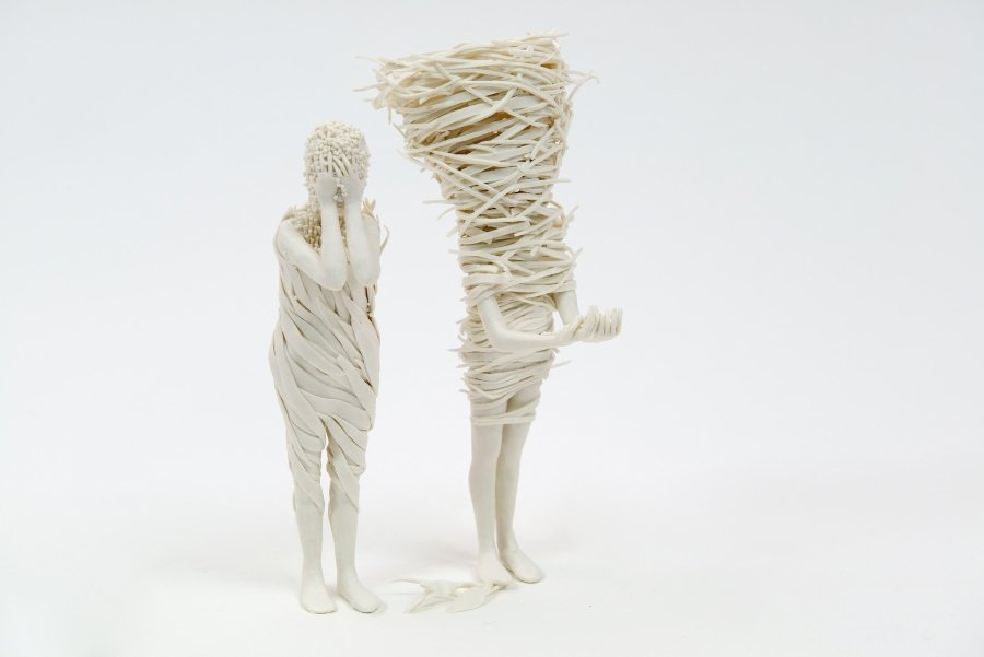 Parte de la serie Extranjeros de Claudia Fonte; esculturas de porcelana