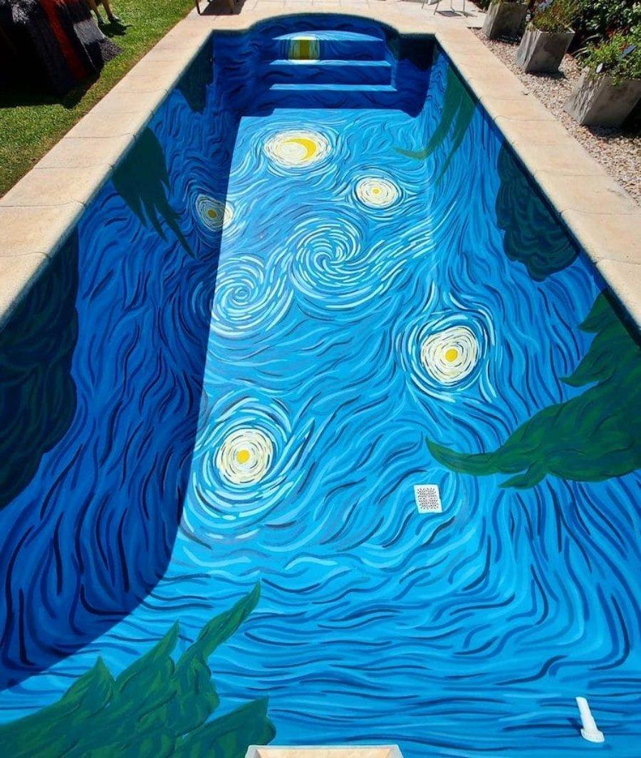 """Piscina decorada con """"La noche estrellada"""" de Van Gogh"""