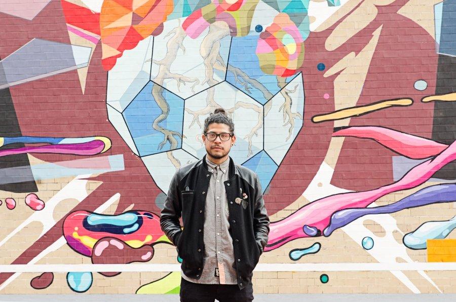 David Piñon frente a uno de sus murales