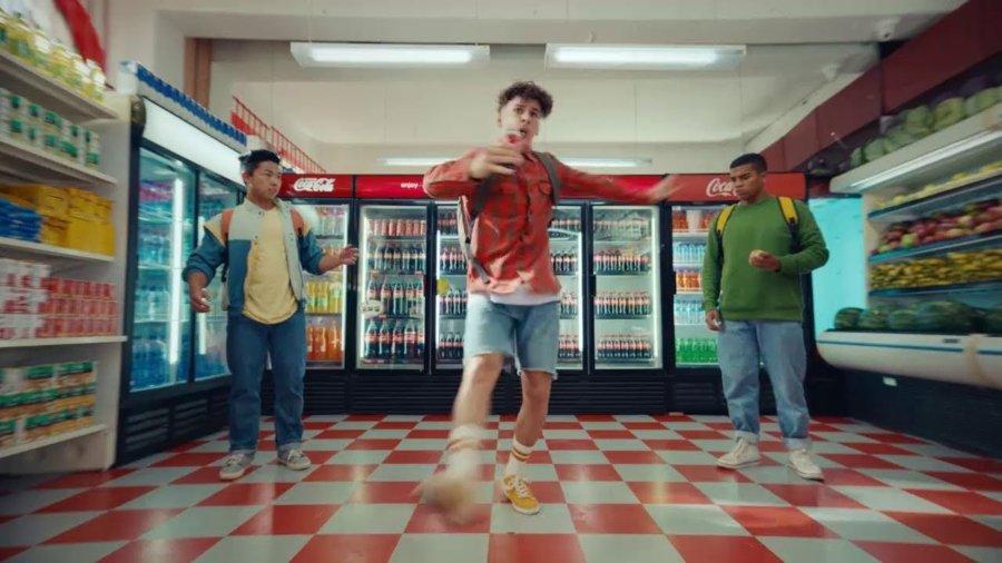 """Escena de """"Open That Coca Cola"""""""