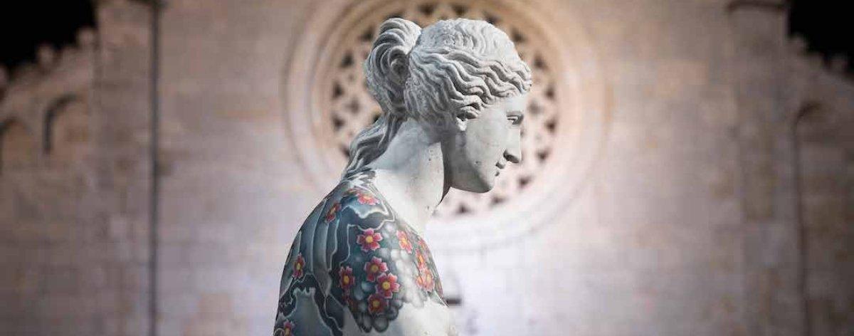 Fabio Viale y sus tatuajes en esculturas clásicas