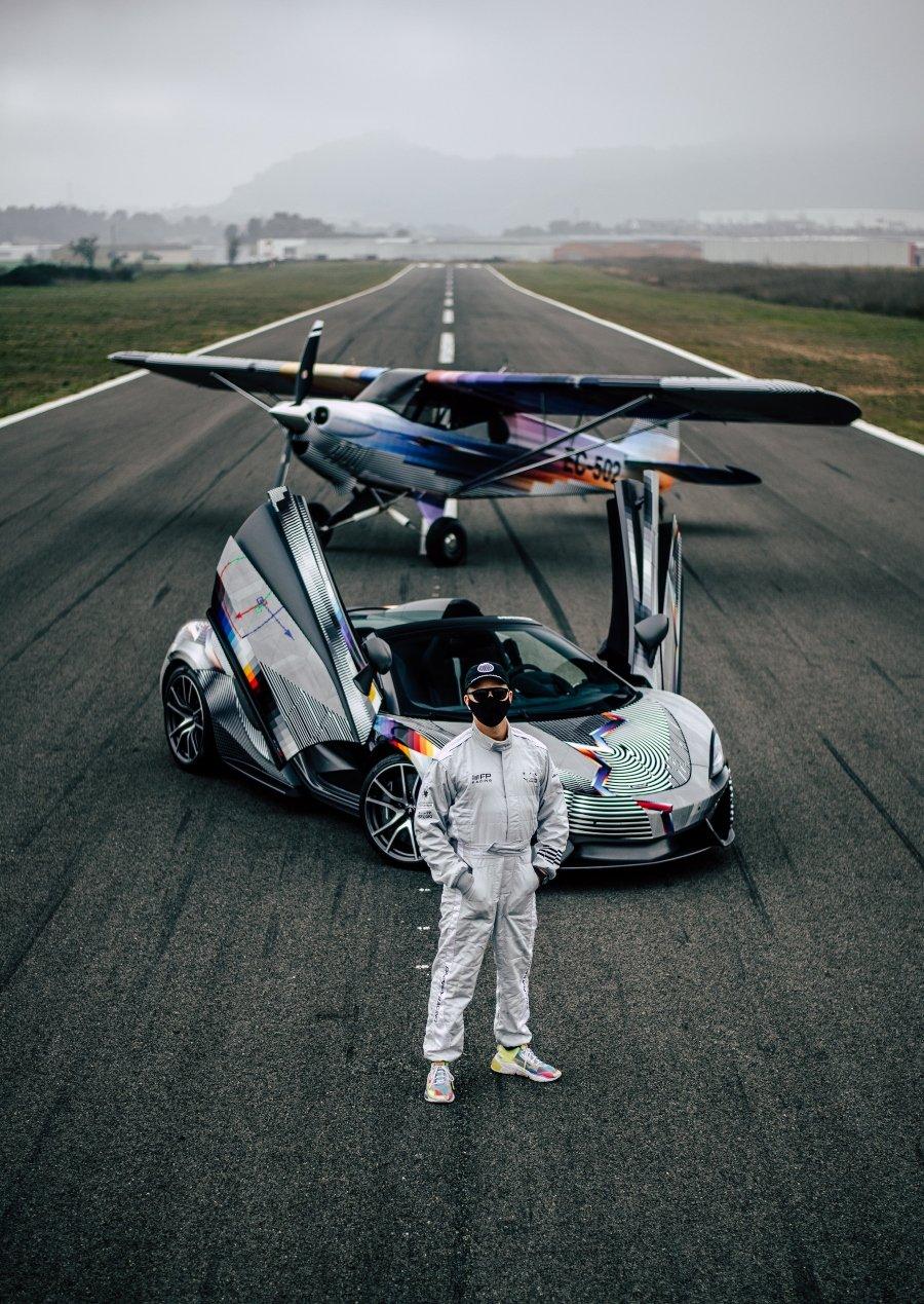 Intervención de avioneta y automóvil por Felipe Pantone