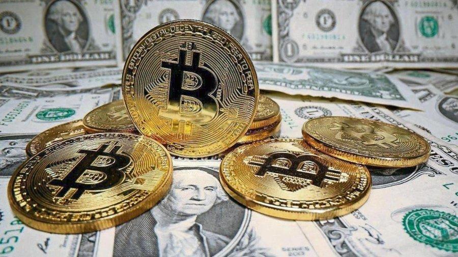 Monedas Bitcoin junto a Dólares