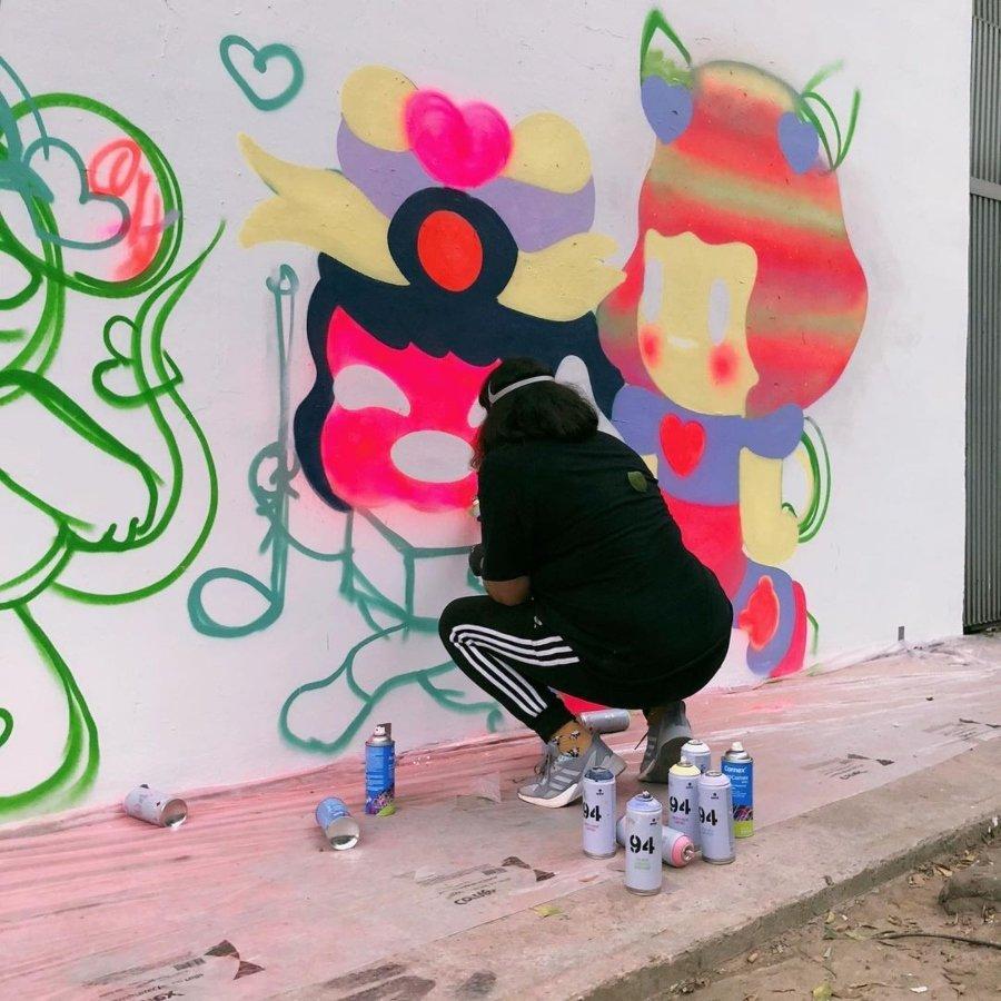 Tysa pintando muro