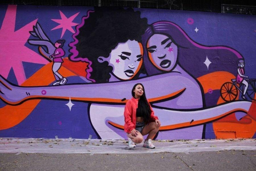 Janín Garcín frente a uno de sus murales