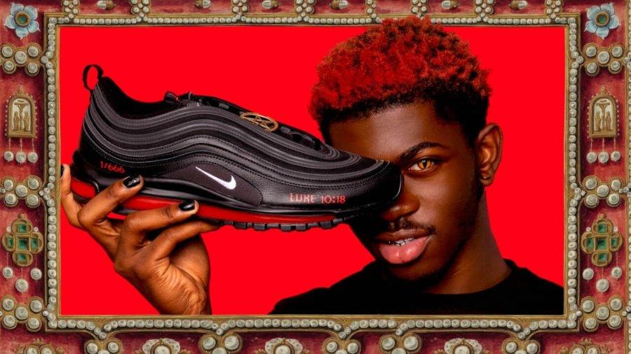 Lil Nas junto a su par de sneakers