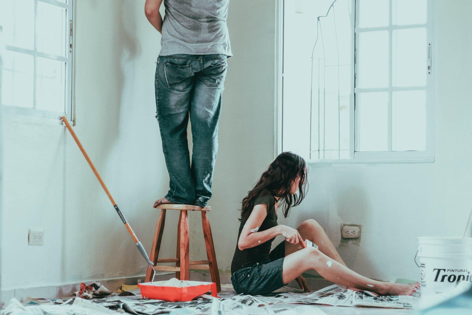 pareja pinta su casa de blanco