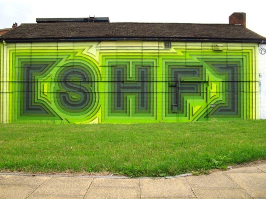 Mural en tonos verde neón del artista
