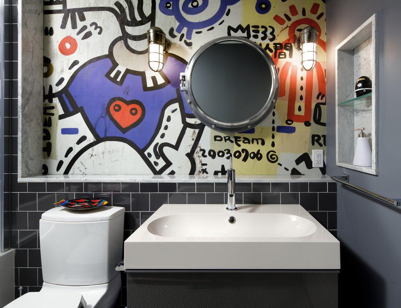 baño con decoración de arte urbano
