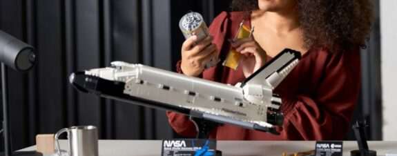 Transbordador espacial Discovery llega en un set de LEGO