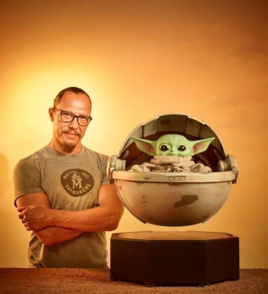 figura de Baby Yoda flotante