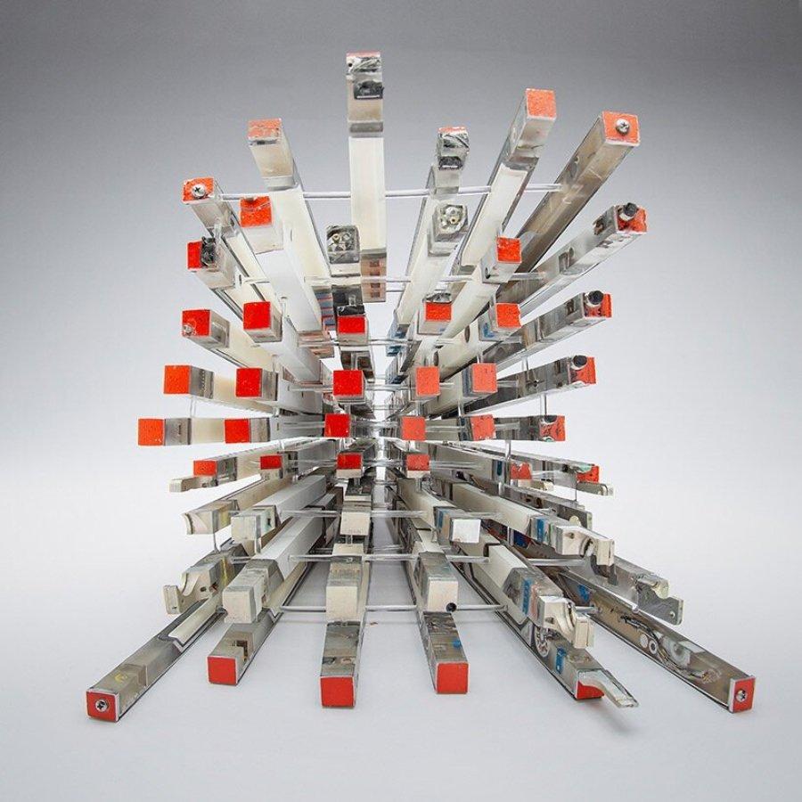 Objetos fragmentados: objeto IV de Heisenberg - registrador de vuelo | 50 x 50 x 40 cm | plásticos metálicos, resinas | 2021