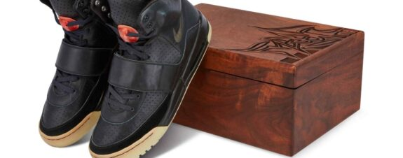 Sneakers de Kanye West vendidos en 1.8 millones de dólares