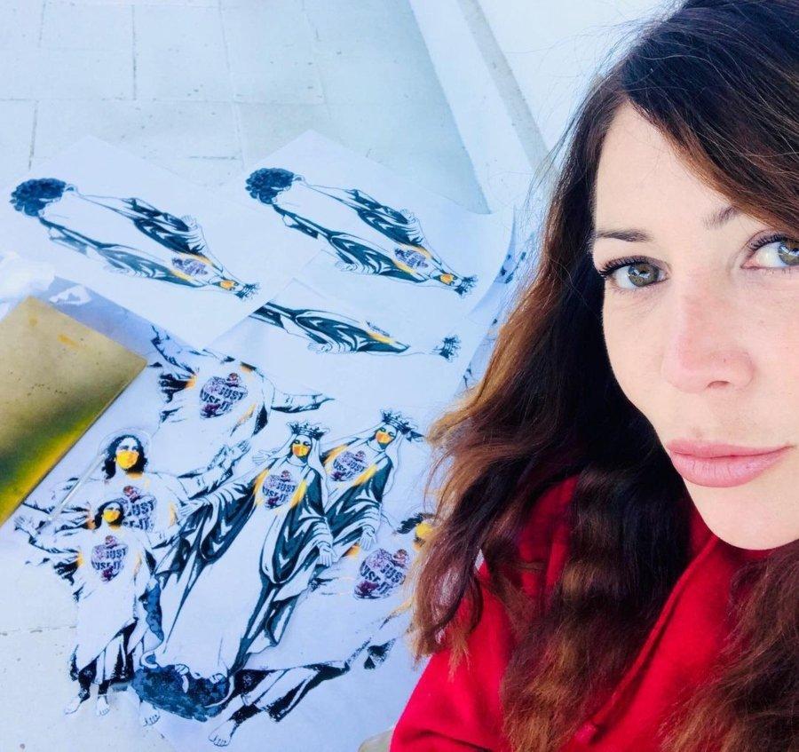 La artista urbana junto a sus obras