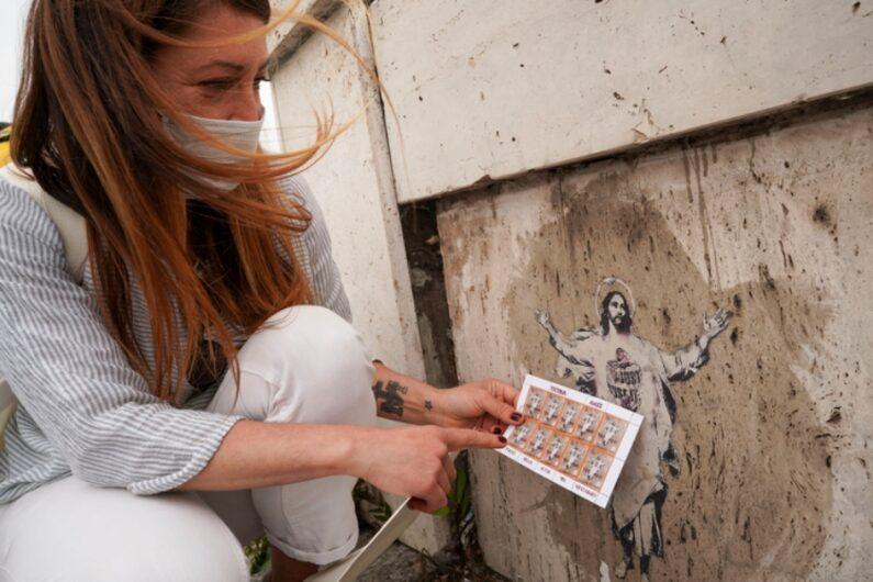 La artista urbana junto a su obra