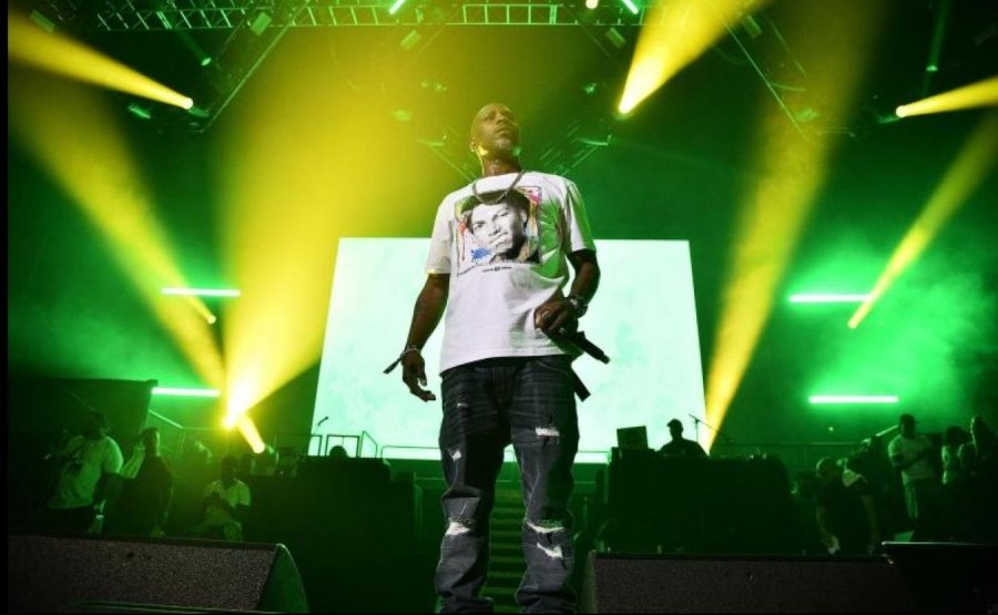 Hood Blues, la nueva canción de DMX. Hombre con micrófono en la mano en escenario