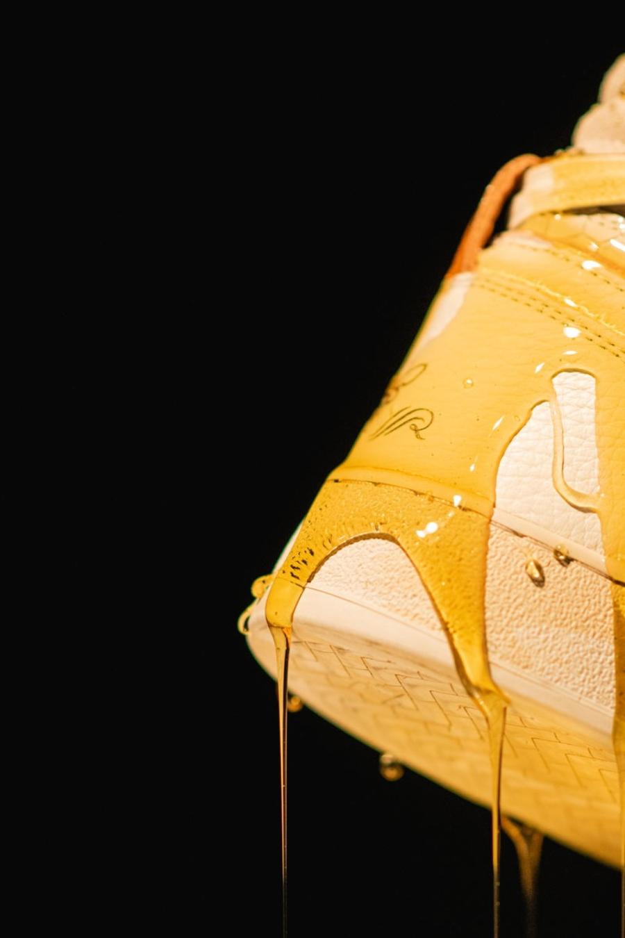 Detalle del sneaker con miel sobre su superficie