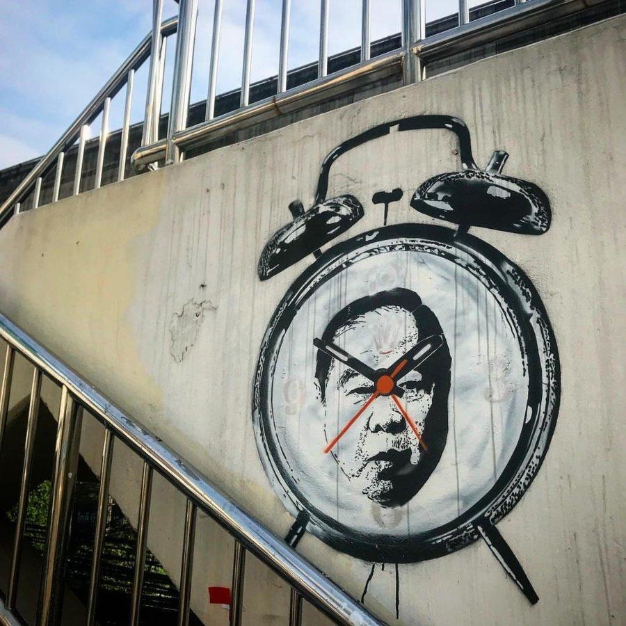 esténcil de la cara del viceprimer ministro general Prawit Wongsuwon en un reloj despertador.