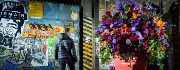 Lewis Miller: el Banksy de las instalaciones florales